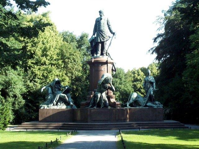Some Kewl Berlin Statue