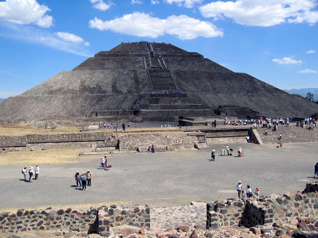 Looking across Calle de los Muertos at Pyramida del Sol (with Sol covered by El Cloudo)
