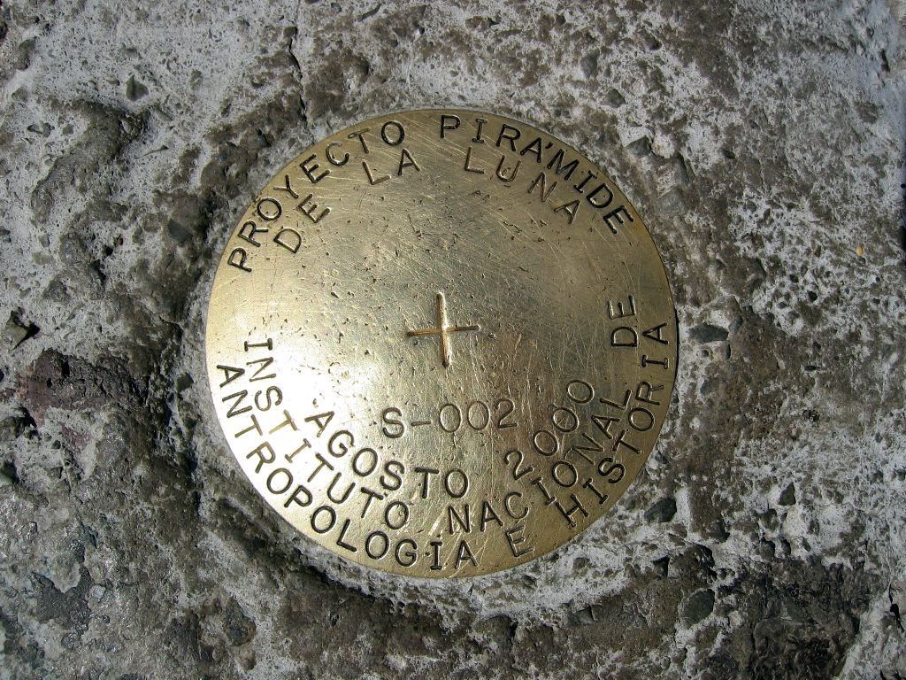 Clever Mexican surveyors put the pin for de la Luna at the top of del Sol.  Whoops!