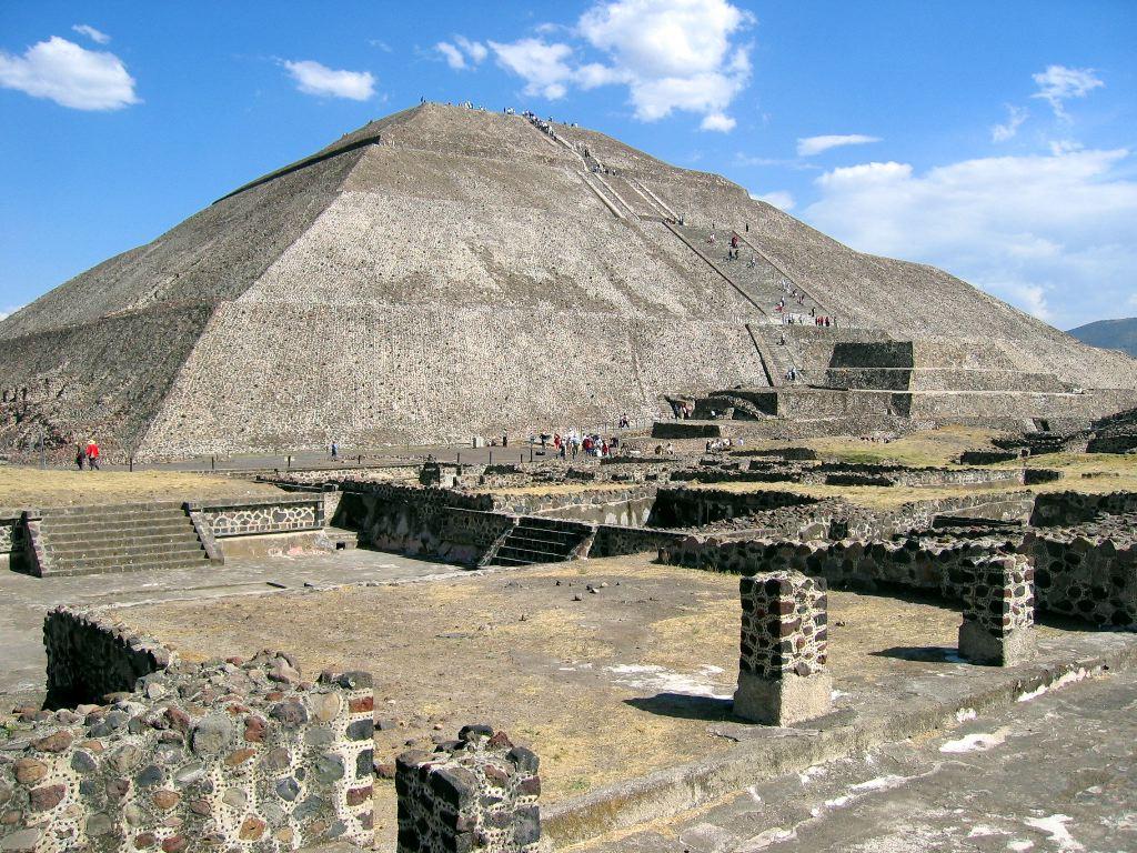 Pyramida del Sol as we're walking along Calle de los Muertos
