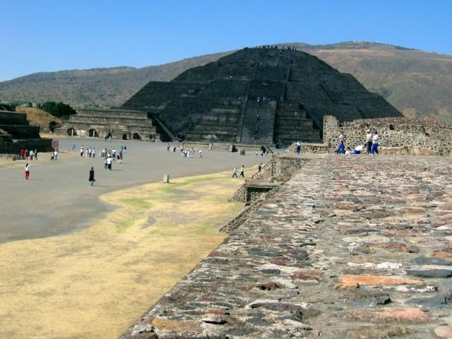 Pyramida de la Luna looks badass with a cloud hanging above it.  Pure Evil!!!