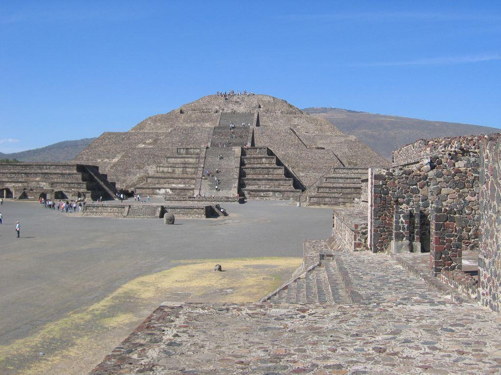 Coming up on Pyramida de la Luna