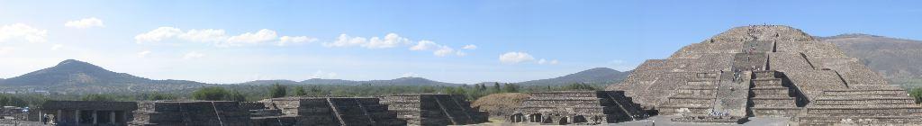 Panoramic view of Pyramida de la Luna and the buildings along Calle de los Muertos
